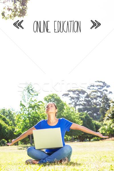 Online onderwijs zorgeloos vrouw met behulp van laptop park Stockfoto © wavebreak_media