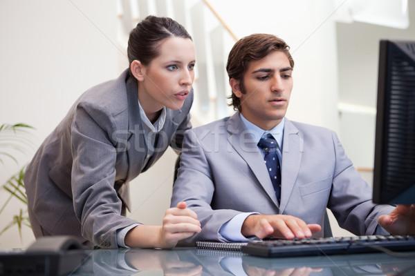 Młodych zespół firmy patrząc ekranie komputera wraz komputera Zdjęcia stock © wavebreak_media