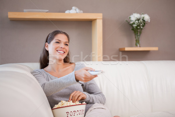 Fiatal nő néz film tál pattogatott kukorica televízió Stock fotó © wavebreak_media