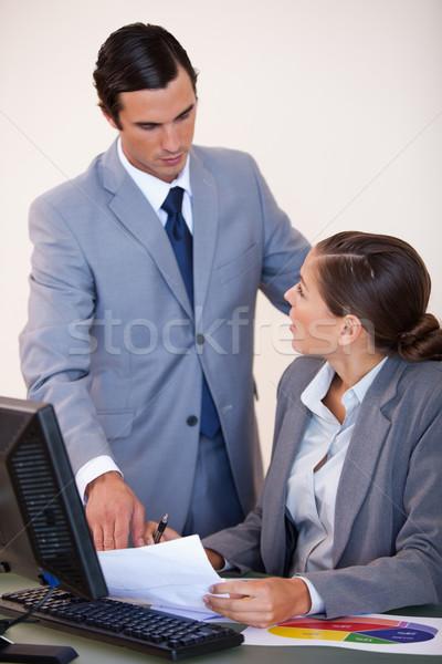 Jungen Geschäftsleute sprechen Papierkram Business Bildschirm Stock foto © wavebreak_media