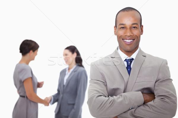 Glimlachend zakenman gevouwen armen collega's achter Stockfoto © wavebreak_media