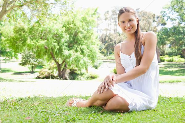 Stockfoto: Glimlachend · jonge · vrouw · vergadering · gazon · park · glimlach