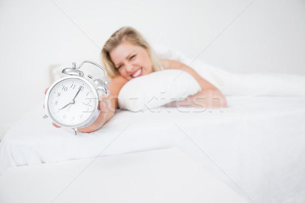 Vrouw wekker bed vrouwelijke kussen kaukasisch Stockfoto © wavebreak_media