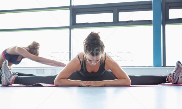 Stock foto: Frau · Dehnung · Beine · Fitnessstudio · Sport · Körper