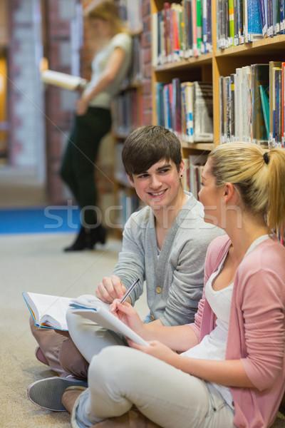 Öğrenciler oturma kitaplık konuşma kalemler kadın Stok fotoğraf © wavebreak_media