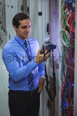 Hombre cables sonriendo pasillo de trabajo Foto stock © wavebreak_media