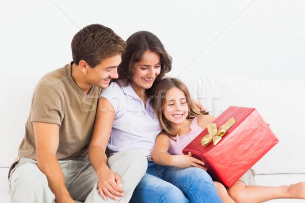 Pais oferta dom filha sofá mulher Foto stock © wavebreak_media
