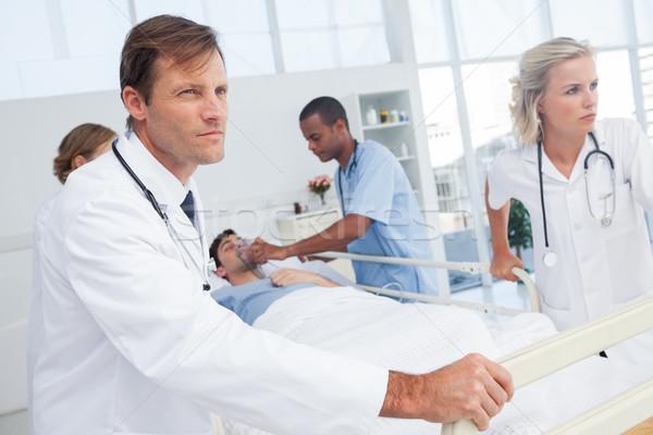 Stockfoto: Artsen · voortvarend · bed · patiënt · vrouw