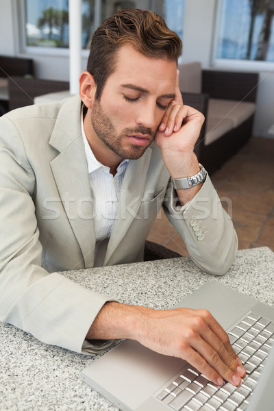 Uitgeput zakenman werken laptop tabel patio Stockfoto © wavebreak_media