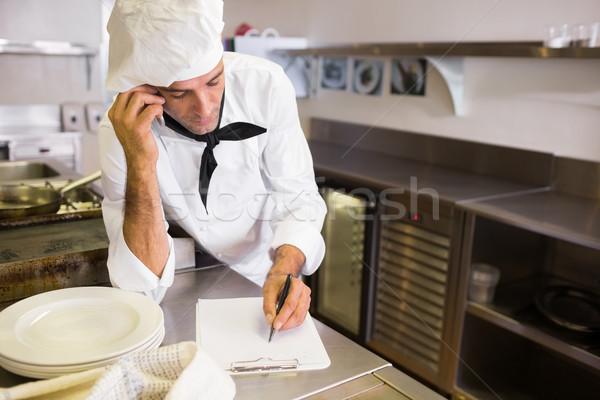 Pişirmek yazı cep telefonu mutfak konsantre Stok fotoğraf © wavebreak_media
