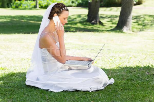 花嫁 ラップトップを使用して 携帯電話 公園 側面図 小さな ストックフォト © wavebreak_media