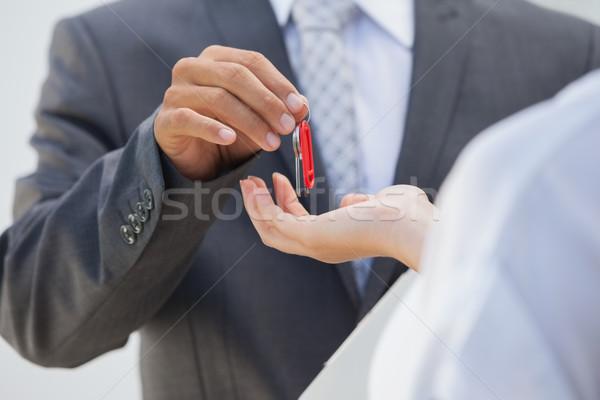 Ingatlanügynök kulcs vevő kívül új otthon férfi Stock fotó © wavebreak_media