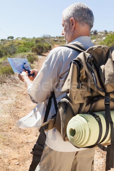 Bello escursionista consulenza mappa campagna Foto d'archivio © wavebreak_media