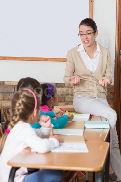 Foto stock: Bastante · professor · falante · jovem · alunos · sala · de · aula