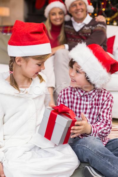 ünnepi kicsi testvérek nyitás ajándék szülők Stock fotó © wavebreak_media