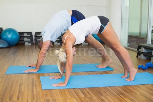 Sportos pár görbület fitnessz stúdió oldalnézet Stock fotó © wavebreak_media
