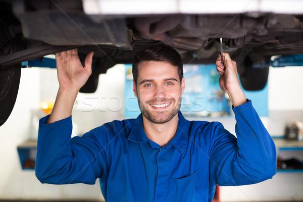 Mechanik uśmiechnięty kamery samochodu naprawa samochodów garaż Zdjęcia stock © wavebreak_media