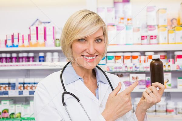 Mosolyog orvos mutat drog üveg gyógyszertár Stock fotó © wavebreak_media
