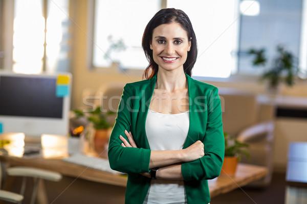 Sorridente morena em pé escritório negócio Foto stock © wavebreak_media