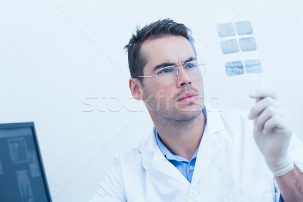 Tandarts naar Xray geconcentreerde mannelijke bril Stockfoto © wavebreak_media