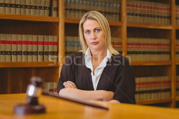 Stok fotoğraf: Ciddi · avukat · bakıyor · kamera · kütüphane