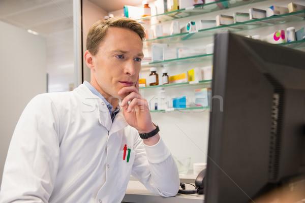 Stock fotó: Fókuszált · gyógyszerész · számítógéphasználat · kórház · gyógyszertár · orvosi