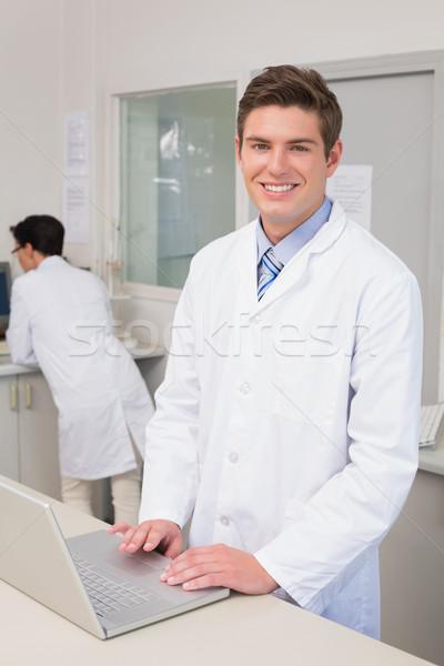 Sorridente cientista usando laptop laboratório mulher médico Foto stock © wavebreak_media