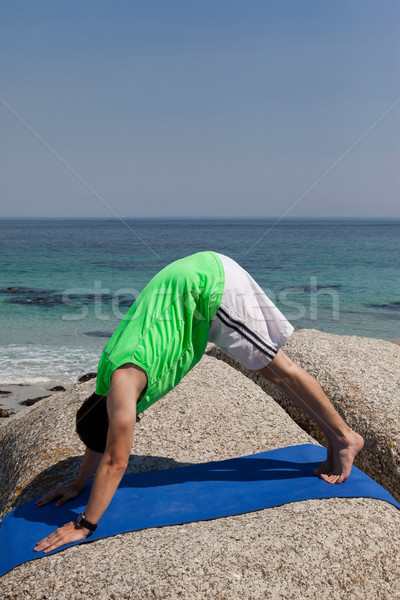 Férfi előad jóga kő part égbolt Stock fotó © wavebreak_media