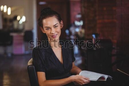 Uśmiechnięty kelnerka piśmie celu notatnika restauracji Zdjęcia stock © wavebreak_media