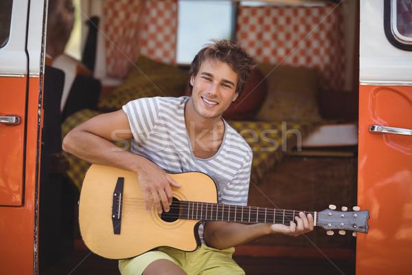 Portret człowiek gry gitara posiedzenia van Zdjęcia stock © wavebreak_media