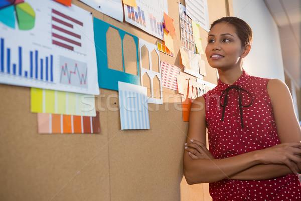 Feminino executivo olhando gráfico boletim conselho Foto stock © wavebreak_media
