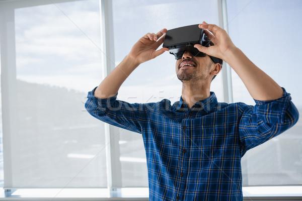 Ejecutivo virtual realidad auricular oficina sonriendo Foto stock © wavebreak_media