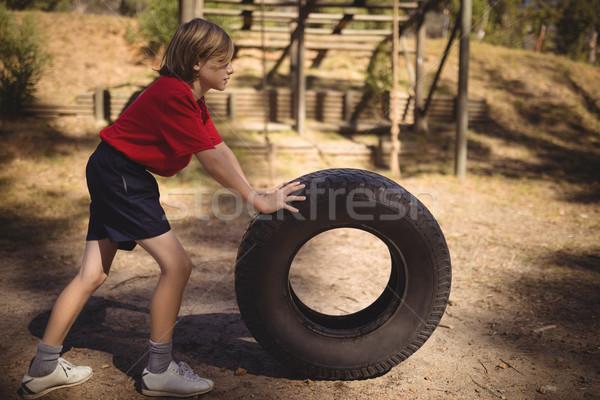 Határozott lány testmozgás hatalmas autógumi akadályfutás Stock fotó © wavebreak_media