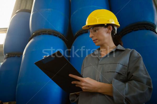 Femenino trabajador escrito portapapeles de oliva fábrica Foto stock © wavebreak_media
