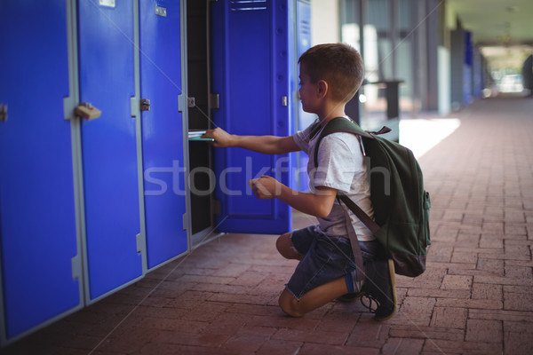 вид сбоку мальчика книгах ящик школы коридор Сток-фото © wavebreak_media