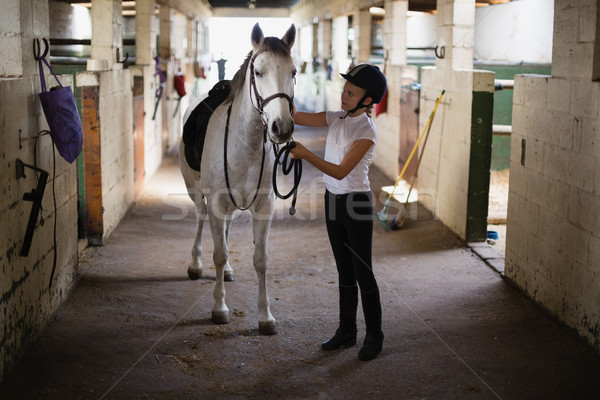 Em pé cavalo estável feliz criança Foto stock © wavebreak_media