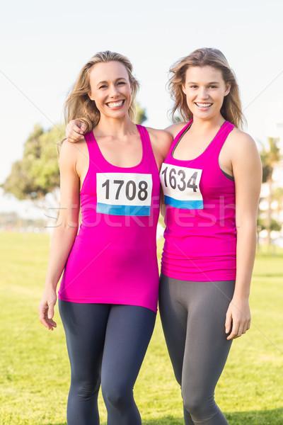 Dwa uśmiechnięty blondynki rak piersi maraton portret Zdjęcia stock © wavebreak_media