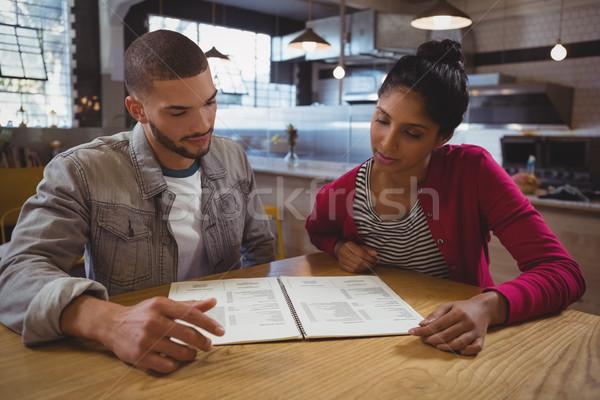 Amis lecture menu café jeunes table Photo stock © wavebreak_media