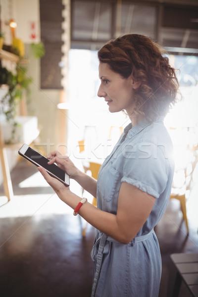 Widok z boku kobiet klienta tabletka Kafejka młodych Zdjęcia stock © wavebreak_media