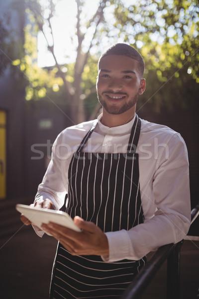 Portré mosolyog fiatal pincér digitális tabletta Stock fotó © wavebreak_media