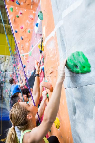 Caber pessoas escalada ginásio mulher Foto stock © wavebreak_media