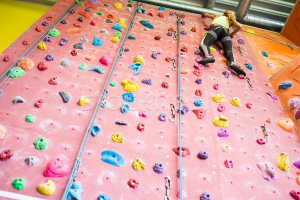 Caber mulher escalada ginásio parede Foto stock © wavebreak_media