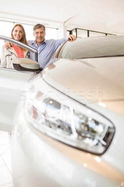Mosolyog pár dől autó hírek bemutatóterem Stock fotó © wavebreak_media