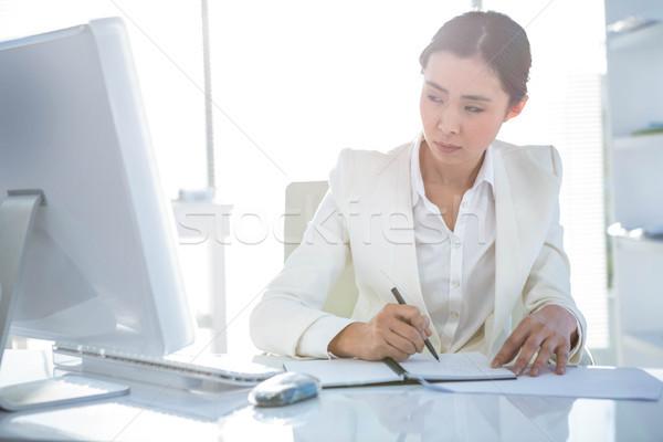 üzletasszony ír napló asztal iroda számítógép Stock fotó © wavebreak_media
