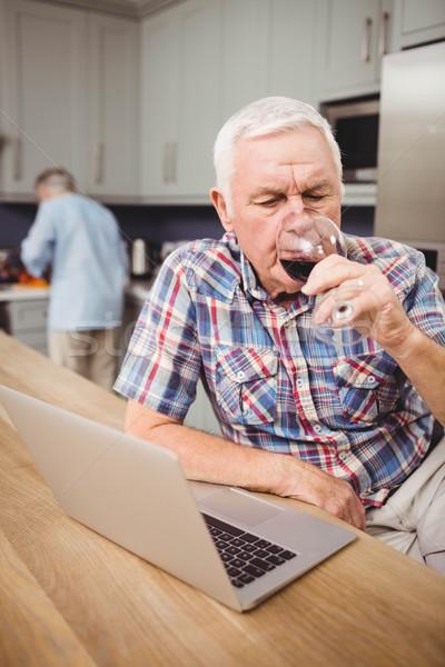 Stok fotoğraf: Kıdemli · adam · içme · dizüstü · bilgisayar · kullanıyorsanız · kadın