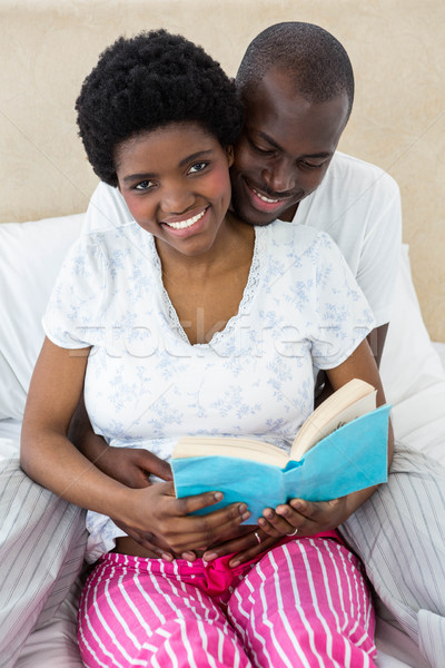 Zwangere paar lezing boek home huis Stockfoto © wavebreak_media