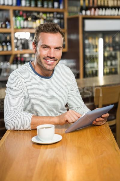 Stock fotó: Jóképű · férfi · táblagép · kocsma · férfi · kávé · boldog