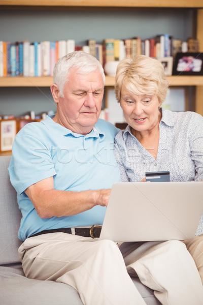 Magasról fotózva kilátás idős pár laptopot használ ül kanapé Stock fotó © wavebreak_media