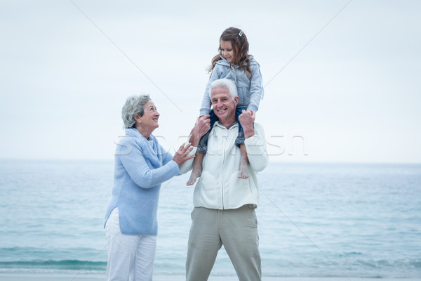 Grands-parents petite fille plage heureux femme Photo stock © wavebreak_media