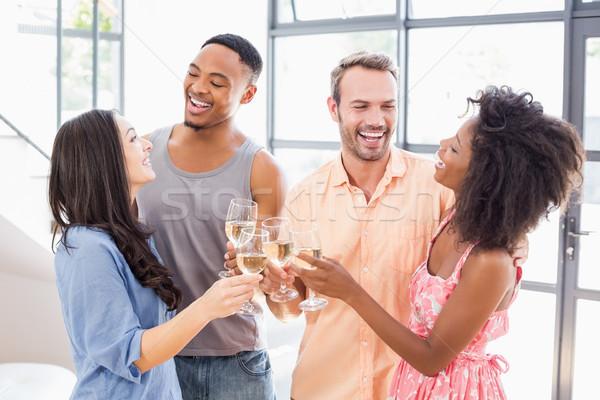 Amigos copos de vinho casa mulher homem Foto stock © wavebreak_media